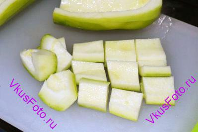 Кабачки очистить от кожуры и внутренностей и так же как картофель нарезать брусочками.