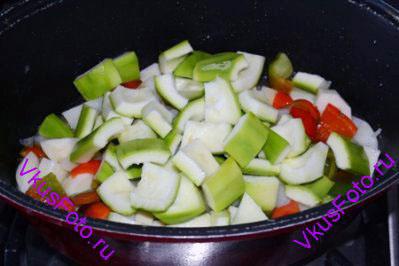 Добавить кабачки. Тушить овощное рагу на медленном огне 20 минут.