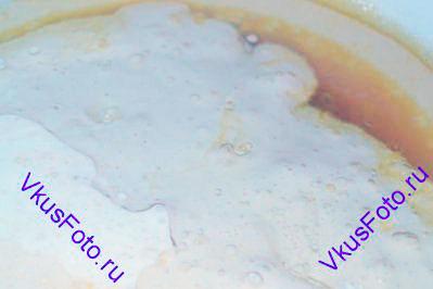 Влить подсолнечное масло и кефир.