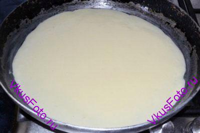 На смазанную маслом сковороду налить тесто так, чтобы оно лишь покрыло дно.