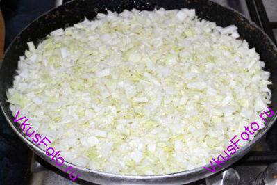 Ровным слоем выложить капусту и посолить.