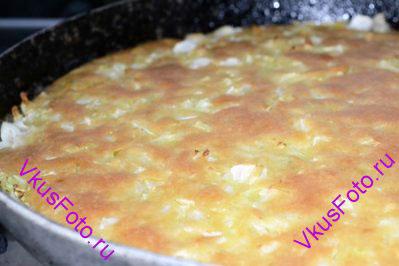 Выпекать пирог в предварительно разогретой духовке при температуре 200 градусов  около 30 минут или пока верх пирога не зарумянится.