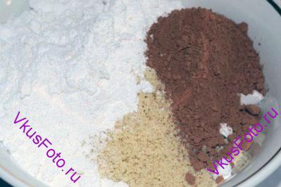 Добавить к миндальной муке 150 г сахарной пудры и порошок какао.