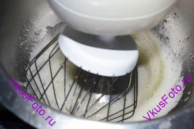 Пока варится сироп, взбить миксером оставшиеся белки в жаропрочной посуде до легкой пены.