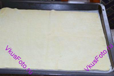 <b>Приготовление коржей:</b> Тесто разделить на 4 части. Каждую часть раскатать по размеру противня (30х38 см). Толщина теста должна быть около 2 мм. Раскатанное тесто положить на противень с пекарской бумагой.  Противень убрать на 1 час в холодильник.