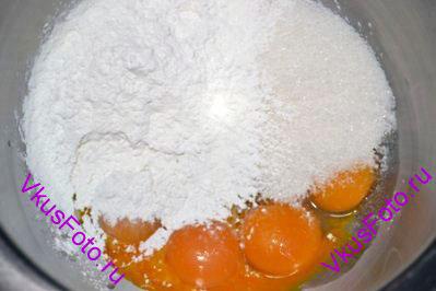 В жаропрочную чашу миксера положить яичные желтки, сахар и кукурузный крахмал.