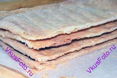 <b>Сборка:</b> Каждый корж разрезать на 2 или 4 части. Количество зависит от того какого размера хотите получить торт.