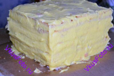 Верхний корж и боковины обмазать кремом.