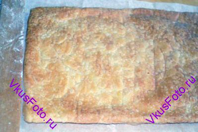 На корж положить решетку, чтобы тесто оставалось ровным и снова поставить противень в духовку на 15 минут.  Так выпекать все коржи. Каждый корж выпекается в духовке в среднем 30 минут.