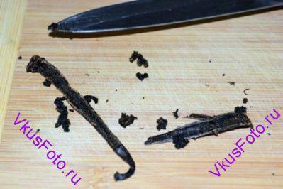 <b>Приготовление крема:</b> Стручок ванили разрезать вдоль на две части и вынуть семена.