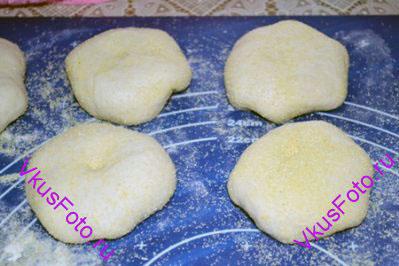 Сложить булочки сгибом на доску, накрыть полотенцем и расстаивать 15 минут.