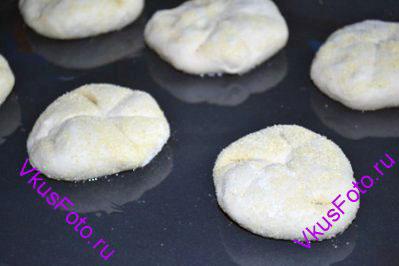 Переложить булочки формованной стороной вверх на смазанный маслом противень.