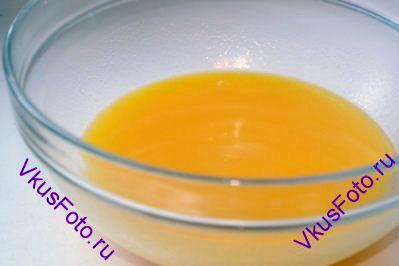 Сливочное масло растопить и влить в миску с яйцом. Размешать.