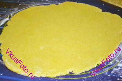 Охлажденное песочное тесто вынуть из холодильника. Раскатать пласт толщиной 0,5 см переложить на противень или доску с бумагой и снова поставить в холодильник на 20-30 минут.