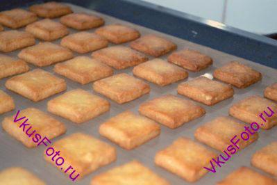 Выпекать в разогретой духовке 20 минут при температуре 200 градусов. Печенье должно стать золотистым.
