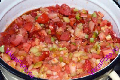 Добавить помидоры и варить 10 минут.