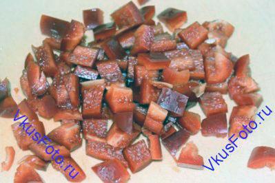 Перец очистить от перегородок и семян и нарезать как кабачки.
