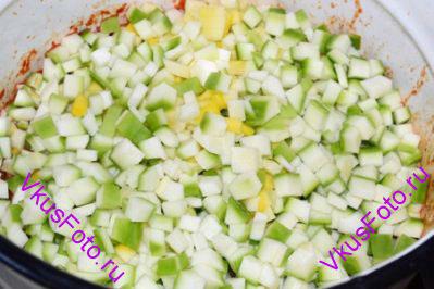 Когда маринад закипит, положить кабачки. Довести до кипения и варить 10 минут.