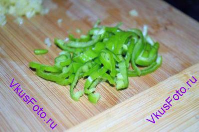 Перец чили разрезать пополам, вынуть семена и тонко нарезать.