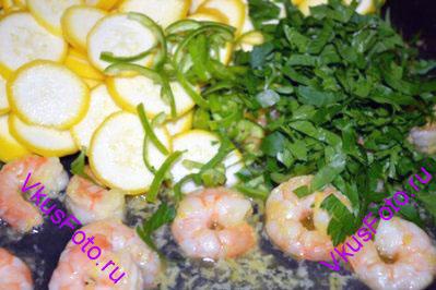 Добавить кабачки, перец чили и петрушку. Влить сок лимона. Через 1 минуту снять сковороду с огня.