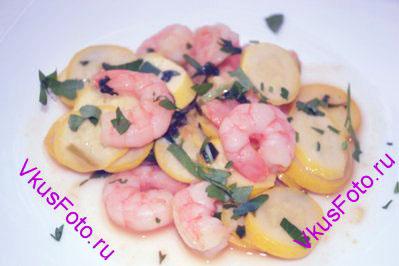 Приправить салат соевым соусом, разложить в тарелки. Подавать салат в теплом виде.