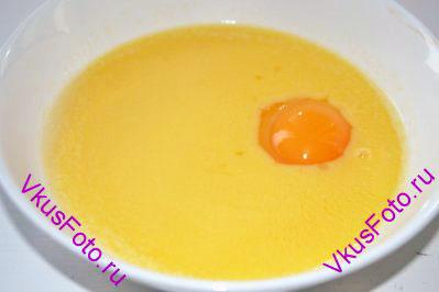 К маслу добавить яйцо, перемешать.