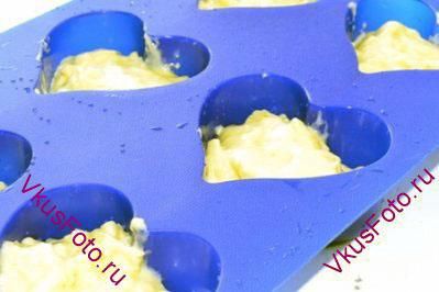 Если маффины будут выпекаться в металлических формах, то формы нужно смазать сливочным маслом и обсыпать мукой. Силиконовые формы смазывать не нужно. Заполнить формы тестом наполовину.