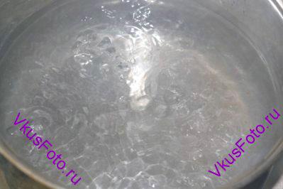 В кастрюле вскипятить 4 стакана воды.