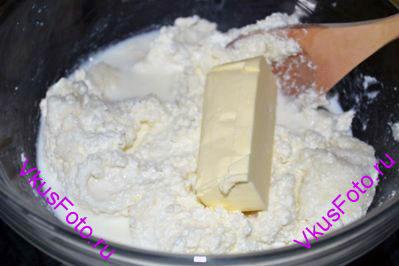 Влить молоко, добавить сливочное масло комнатной температуры. Перемешать.