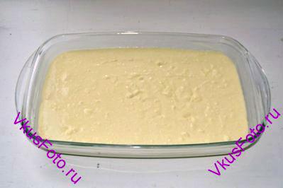 Жаропрочную форму смазать сливочным маслом и вылить в нее творожную массу. Верх разровнять лопаткой.