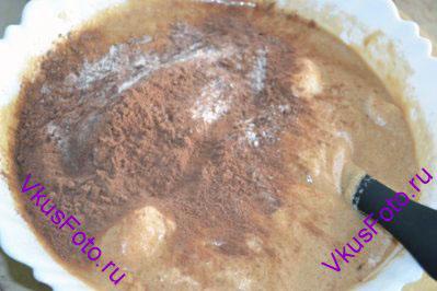 Добавить муку с какао в общую массу и аккуратно перемешать.