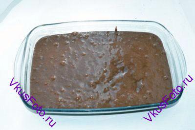 Форму смазать сливочным маслом и вылить в нее тесто.