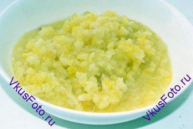 Лимон нарезать на дольки, удалить косточки и прокрутить через мясорубку.