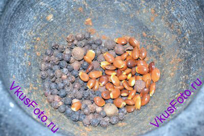 Для того, чтобы приготовить пряничные специи нужно положить в ступку целые семена специй.