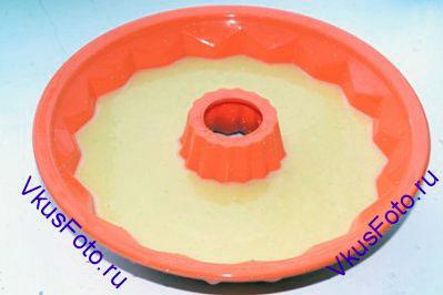 Заполнить форму для кекса на 2/3 части.