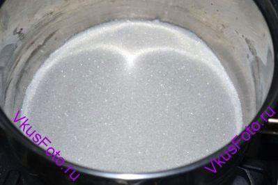 <i>Пряники приготовленные по этому рецепту можно использовать как украшение на елку. При этом их можно есть, они получаются очень вкусными. Чтобы пряники оставались мягкими, их нужно держать в металлической посуде с плотно закрывающейся крышкой.</i>  В кастрюлю с толстым дном насыпать сахар.