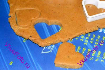 Формочками для печенья вырезать фигурки. С помощью коктейльной трубочки сделать отверстие, куда можно будет вставить ленточку.