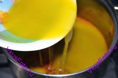 Влить сливочное масло и засыпать оставшиеся 0,5 стакана сахара.