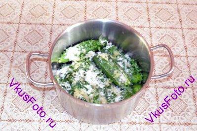Посыпать нарезанной зеленью петрушки. Выдавить чеснок. Посыпать солью.