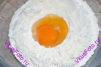 В другую миску просеять муку и в углубление разбить 2 яйца. Добавить соль.