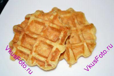 Выпекать вафли в хорошо разогретой вафельнице до светло-коричневого цвета.