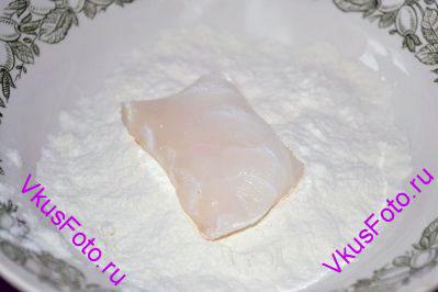 Сначала обваливаем ломтик рыбы в муке для того чтобы яйцо лучше