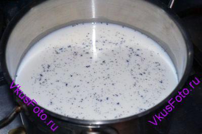 В кастрюлю налить молоко. В молоко положить разрезанный стручок ванили. Поставить кастрюлю на огонь и довести до кипения.