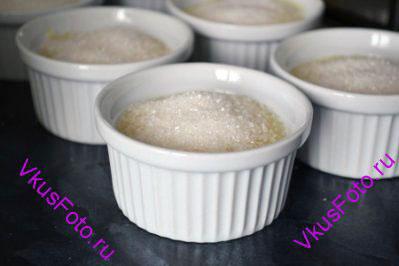 На утро поверхность крема обильно посыпать сахаром и поставить в духовку под гриль, пока сахар не расплавится и не станет золотисто-коричневым. Крем-брюле по-испански готов!