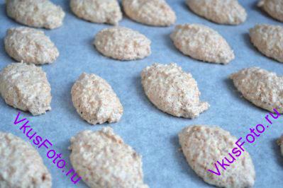Выпекать кокосовое печенье в хорошо разогретой духовке при температуре 170 градусов в течении 25 минут или пока они не станут золотистыми.