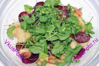 Добавить листья салата. Если листья крупные, то их можно нарезать или порвать руками не очень мелко.