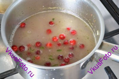 Засыпать клюкву и варить 5-8 минут, пока ягоды не лопнут.