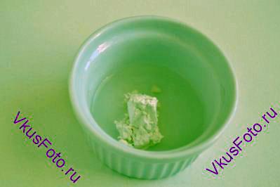 В маленькой миске размешать кукурузный крахмал и воду.