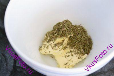 В миске смешать сливочное масло и сушеный тимьян.