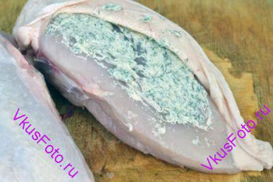Аккуратно отодвинуть кожу куриных грудок и обильно обмазать масляной смесью. Кожу заново натянуть.